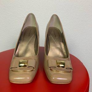 Tahari tan patent leather block heels with buckle